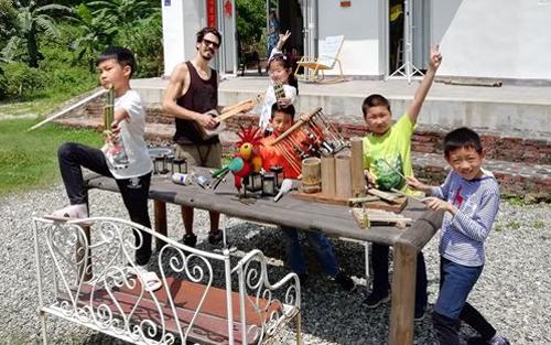 Một số thành viên của ban nhạc Tái chế đang tập luyện với sự hướng dẫn của giáo viên âm nhạc Nemanja Radovanovic. Ảnh: China Daily.