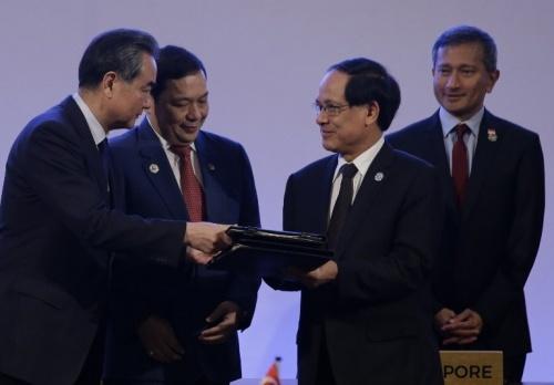Trung Quốc và ASEAN thông qua dự thảo khung COC tại Manila, Philippines, năm 2017. Ảnh: AFP.