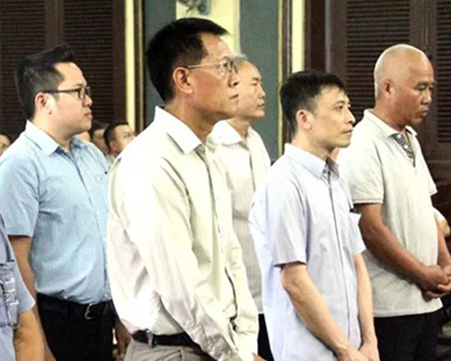 Các bị cáo trong vụ buôn lậu tại tòahồi tháng 4. Ảnh: Hải Duyên.