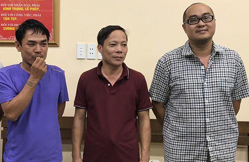 Bách (đứng giữa)cùng hai đồng phạm tại cơ quan điều tra. Ảnh: Quốc Thắng.