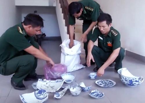Bộ đội Biên phòng Quảng Ngãi thu gom các mảnh vỡ từ tàu cổ đắmDung Quất. Ảnh: Thanh Tánh.