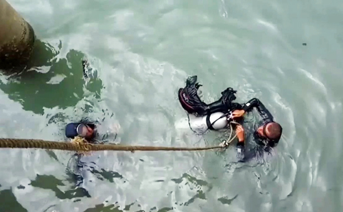 Thợ lặn lặn xuống vùng biển Dung Quất (Quảng Ngãi) để trục vớt hiện vật trong tàu cổ. Ảnh: Phạm Linh.