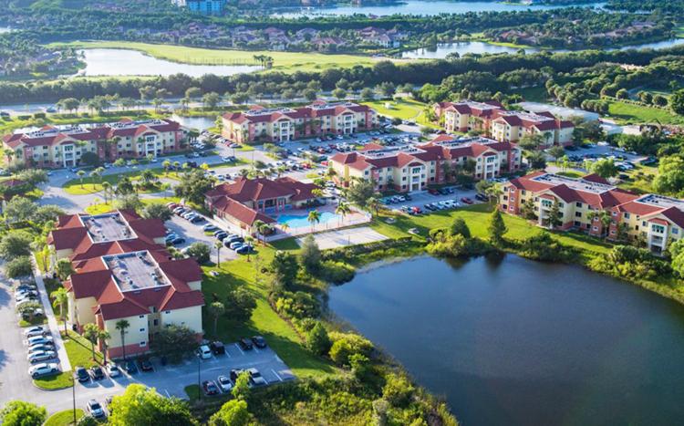 Khuôn viên trường có rất nhiều hồ bơi.Ảnh: Florida Gulf Coast University.