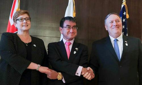 Từ trái qua phải: Ngoại trưởng Australia Marise Payne, Ngoại trưởng Nhật Bản Taro Kono và Ngoại trưởng Mỹ Mike Pompeo bắt tay tại Hội nghị Ngoại trưởng ASEAN, Bangkok, Thái Lan. Ảnh: Taiwan News.
