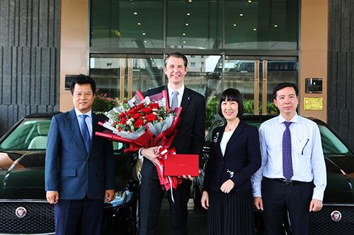 Ông Robbert Manussen và bà Nguyễn Vũ Thanh Thảo tại lễ bàn giao.