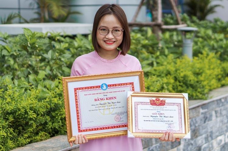 Nguyễn Thị Ngọc Lan nhận bằng khen trong ngày lễ tốt nghiệp. Ảnh: Nhân vật cung cấp