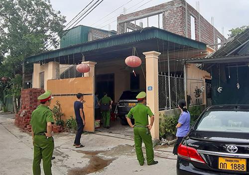 Cảnh sát khám nhà hậu ở thị trấn Phố Châu (Hương Sơn). Ảnh: Đức Hùng