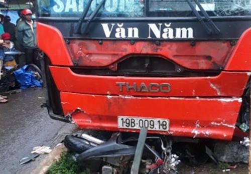 Chiếc xe máy bị cuốn dưới gầm xe. Ảnh: Trần Hóa.