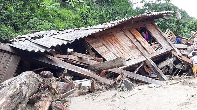 Hơn 30 nóc nhà ở Sa Ná bị cuốn trôi, nhiều căn khác bị xô đổ sau l.ũ. Ảnh: Lê Hoàng.