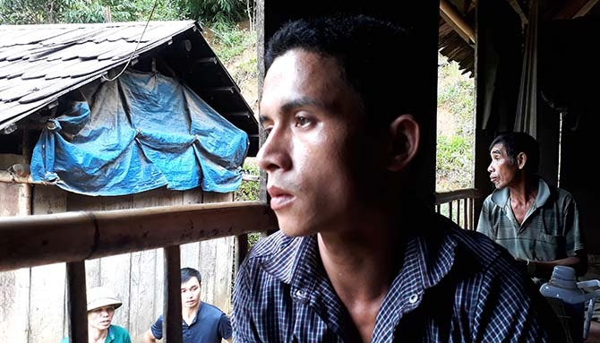 Anh Hà Văn Vân thất thần khi m.ất nhà cửa và 6 người thân chỉ trong một buổi sáng. Ảnh: Lê Hoàng.
