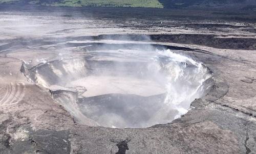 Miệng núi lửa Halemaumau. Ảnh: Newsweek.