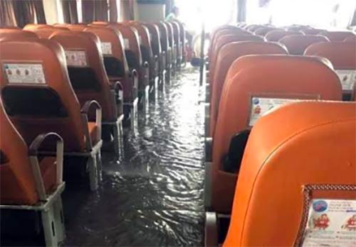 Khoan hành khách phà cao tốc Thạnh Thới 11 ngập nước do sóng đánh vở kính. Ảnh: Nguyễn Phong