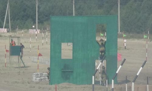 Tổ Công binh xung kích Việt Nam vượt vật cản khi thi đấu hôm 7/8. Ảnh: QĐND.