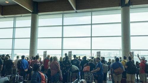 Các hành khách theo dõi lễ hồi hương đại tá Roy tại sân bay Dallas Love Field, bang Texas hôm 8/8. Ảnh:Twitter