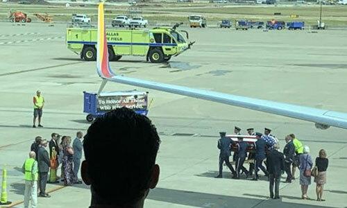 Hình ảnh lễ hồi hương hài cốt cựu binh MỹRoy Knight được hành khách ghi lại tại sân bay Dallas Love Field, bang Texas hôm 8/8. Ảnh: Twitter