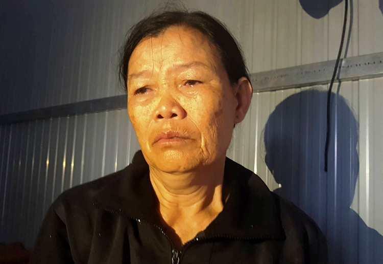 Bà Dư Thị Mẫu ở Đăk Lăk rơi nước mắt vì căn nhà dựng tạm bị hư phần móng do lụt. Ảnh: Trần Hóa.