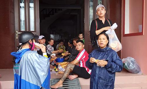 Một điểm cung cấp bánh mì miễn phí cho người dân bị ngập lụt tại thị trấn Dương Đông. Ảnh: Nguyễn Tuấn.