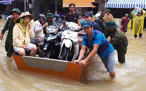 Lực lượng cứu hộ sơ tán dân tại đường Mạc Cửu, thị trấn Dương Đông. Ảnh: Nguyễn Tuấn.