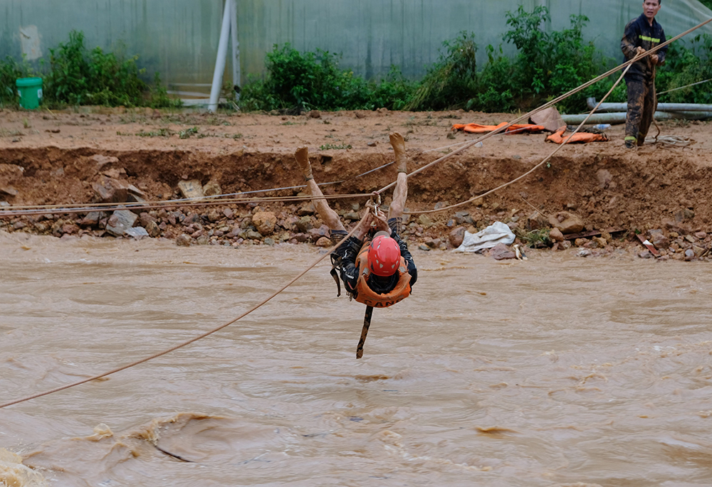 Cảnh sát Lâm Đồng đu dây cứu người mắc kẹt trong lũ - VnExpress