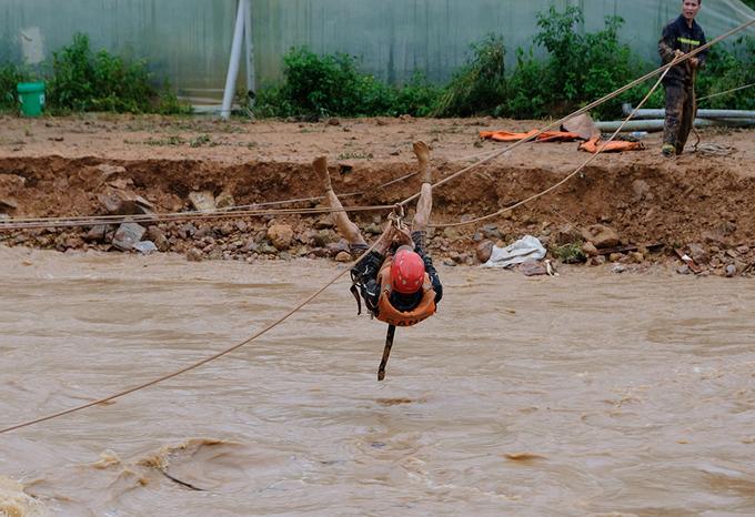 Cảnh sát Lâm Đồng đu dây cứu người mắc kẹt trong lũ