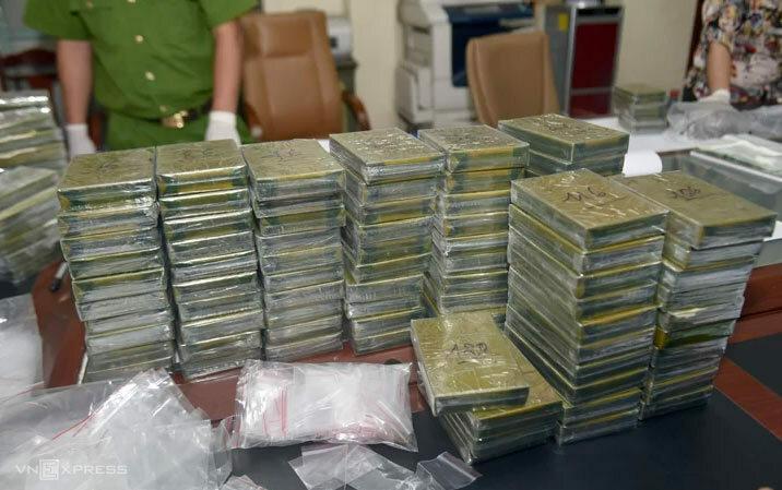 120 bánh heroin được đưa về trụ sở Cơ quan điều tra. Ảnh: Bảo Ngọc