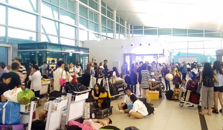 Hành khách kẹt ở sân bay Phú Quốc hôm nay. Ảnh: Nguyễn Dung.