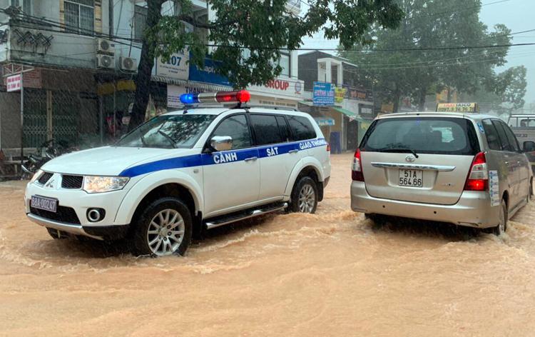 Nhiều xe CSGT liên tục xuất hiện trên các tuyến đường ở thị trấn Dương Đông đang mưa rất lớn, nhắc nhở người đi đường cẩn thận.