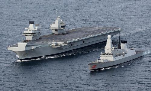 Tàu sân bay HMS Queen Elizabeth (trái) và khu trục hạm HMS Dragon chạy thử hồi năm 2017. Ảnh: Royal Navy.