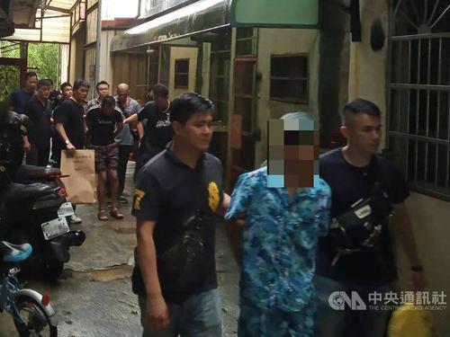 Cảnh sát Đài Loan bắt giữ các nghi phạm trong nhóm bắt cóc lao động người Việt ở thị trấn Tân Trúc hôm 8/8. Ảnh: CNA