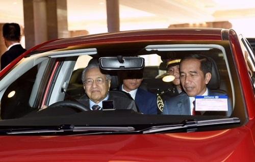 Thủ tướng Malaysia Mahathir (trái) lái xe chở Tổng thống Indonesia Widodo chiều 9/8. Ảnh: Twitter.