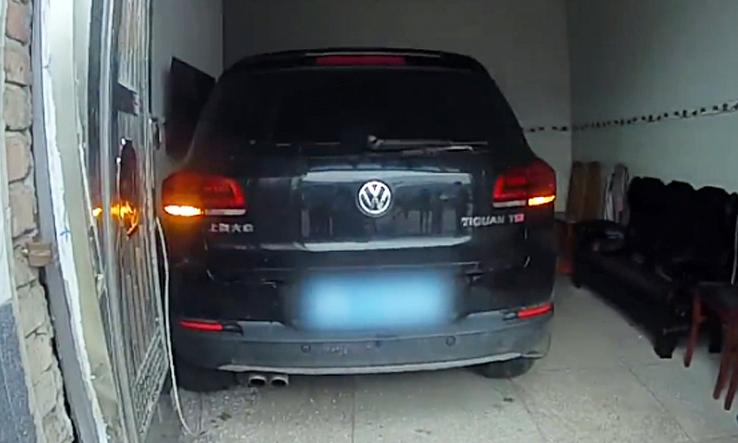 Tránh chó thả rông, nữ tài xế lao ôtô vào phòng khách nhà bên đường - VnExpress