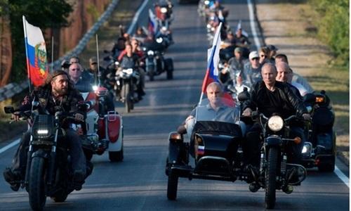 Putin lái motor phân khối lớn chở lãnh đạo Crimea - ảnh 2