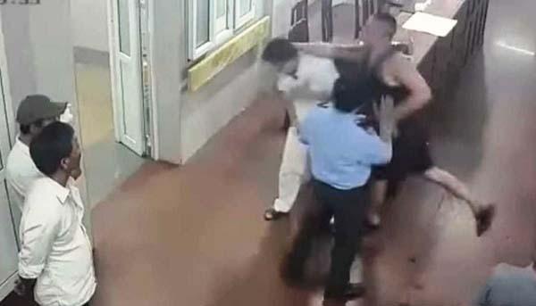 Đinh Việt Bắc (áo đen) tấn công y bác sĩ Bệnh viện Đa khoa tỉnh Ninh Bình. Ảnh cắt từ camera an ninh.