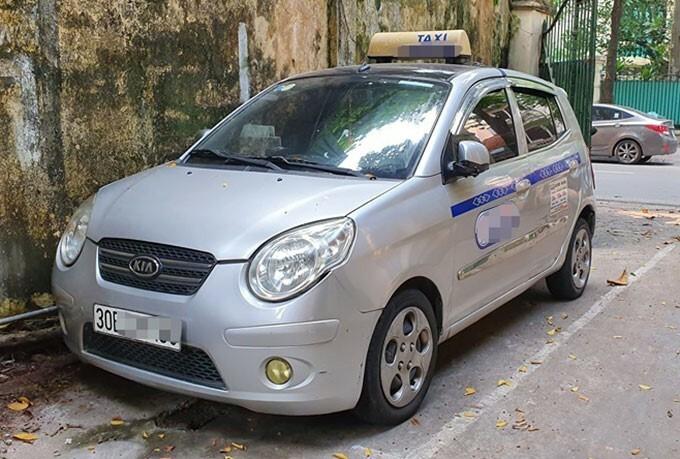 Tài xế taxi thu tiền cước của khách Tây gấp 10 lần quy định