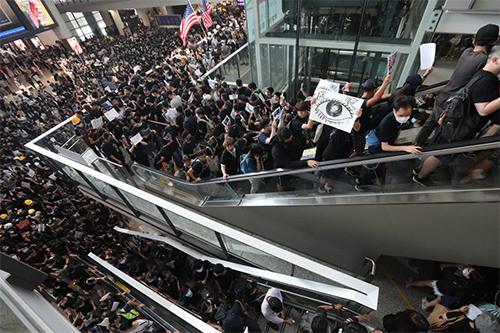Người biểu tình tràn vào sân bay hôm nay. Ảnh: SCMP.