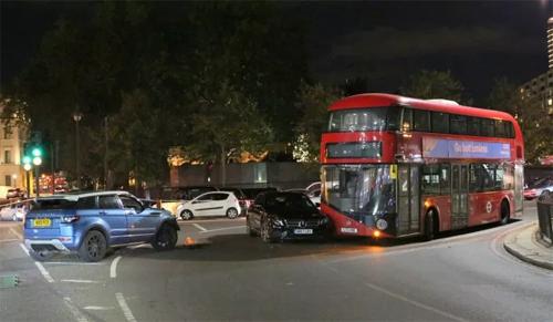 Hiện trường tai nạn với chiếc Range Rover màu xanh, Mercedes màu đen và xe bus hai tầng. Ảnh: Uknip