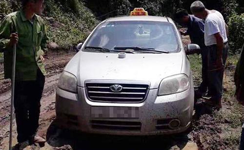 Chiếc taxi bị bỏ lại ở địa phận tỉnh Sơn La. Ảnh: M.T.