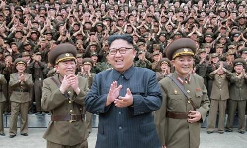 Chủ tịch Kim Jong-un và các sĩ quan quân đội tại Triều Tiên ngày 14/8/2017. Ảnh: KCNA.