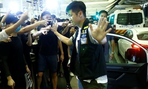 Hãng hàng không Hong Kong sa thải hai phi công ủng hộ biểu tình - ảnh 1
