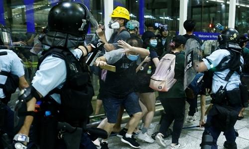 Hãng hàng không Hong Kong gánh sức ép từ biểu tình - ảnh 2
