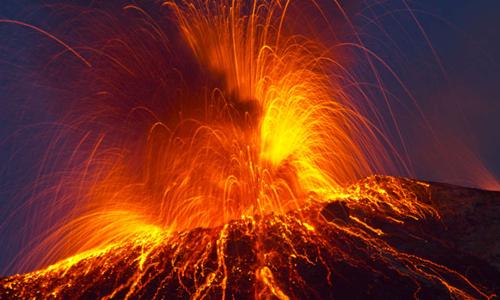 Hoạt động núi lửa thường diễn ra ở rìa các mảng kiến tạo.Ảnh: IFL Science.