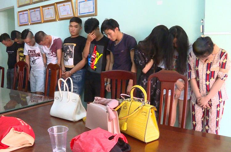 Nhóm thanh niên và các cô gái dương tính với ma túy tại trụ sở công an. Ảnh: Quang Bình.