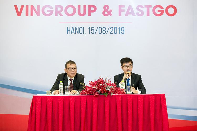 Ông Võ Quang Huệ (trái) và ông Nguyễn Hữu Tuất trong lễ ký kết.