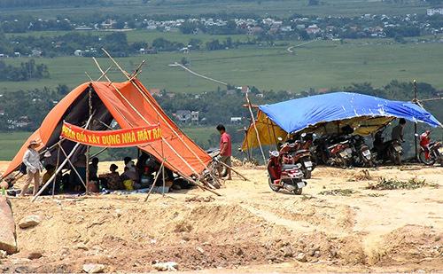 Hai căn lều được người đân dựng lên và căng băng rôn phản đối. Ảnh: Đắc Thành.