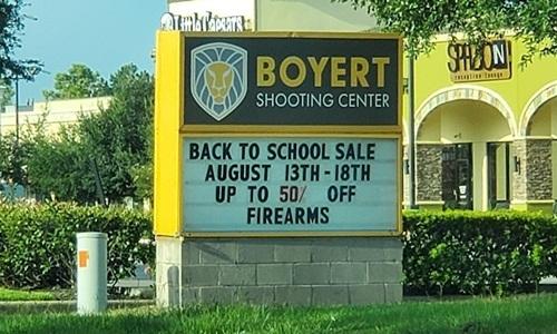 Quảng cáo hạ giá súng mùa tựu trường bên ngoàiBoyert Shooting Center tại Texas, Mỹ. Ảnh: Twitter.