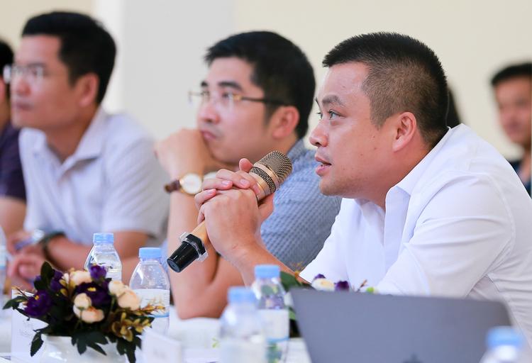 Ban giám khảo đặt câu hỏi cho các đội thi tại sự kiện. Ảnh: Cao Tuấn