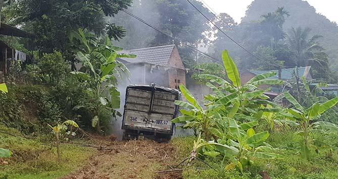 Xe tải lao vào nhà dân, hai người chết - ảnh 2