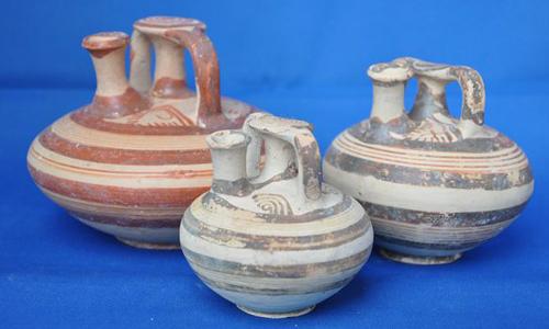 Một số cổ vật được tìm thấy trong hai hầm mộ mới khai quật tại Aidonia. Ảnh: Geek.