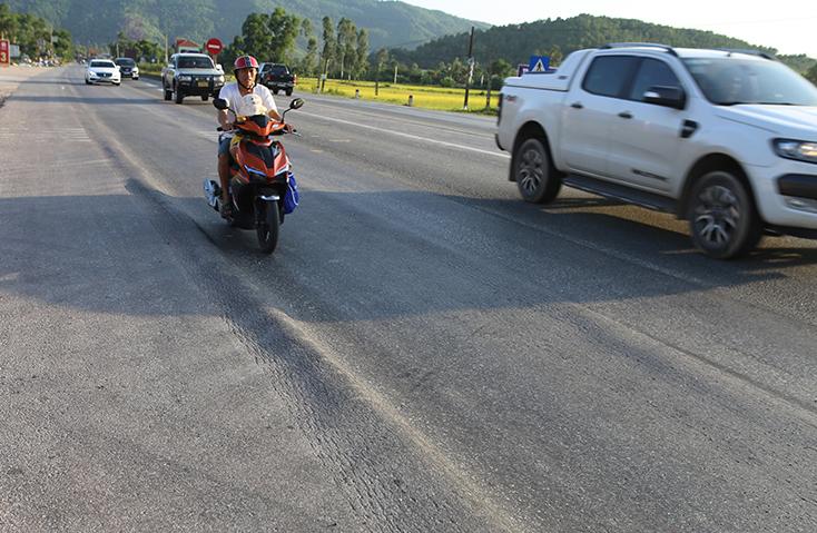 Quốc lộ 1A ở Nghệ An bị hằn lún kéo dài - ảnh 1