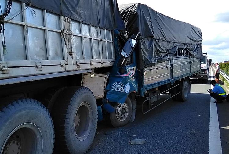 Tông vào ôtô nổ lốp trên cao tốc Trung Lương, tài xế chết - ảnh 1